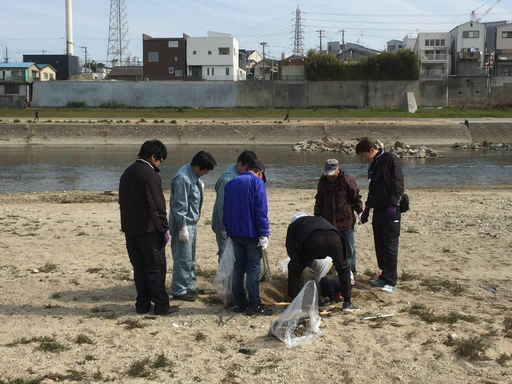 砂に埋もれたゴミを掘り起こす様子