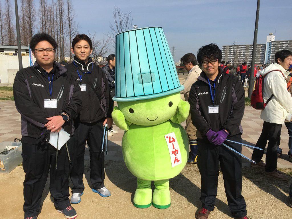 堺市環境マスコットキャラクタ―の 「ムーやん」と記念撮影